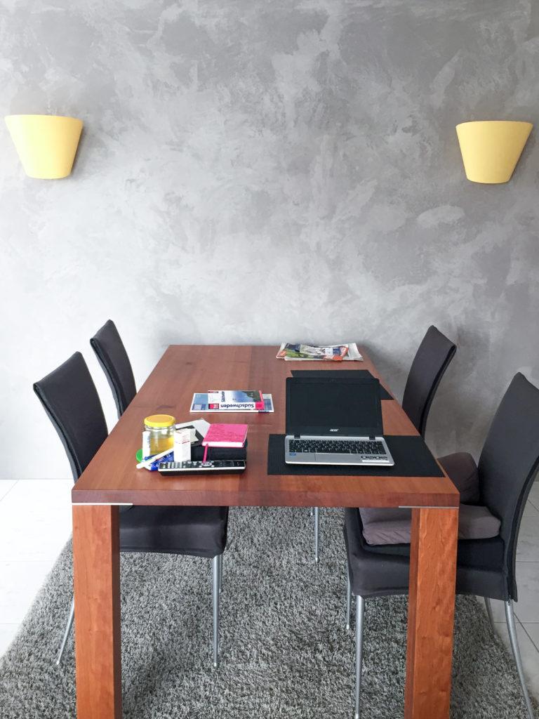 Private Räume mit Wand in Optik Sichtbeton